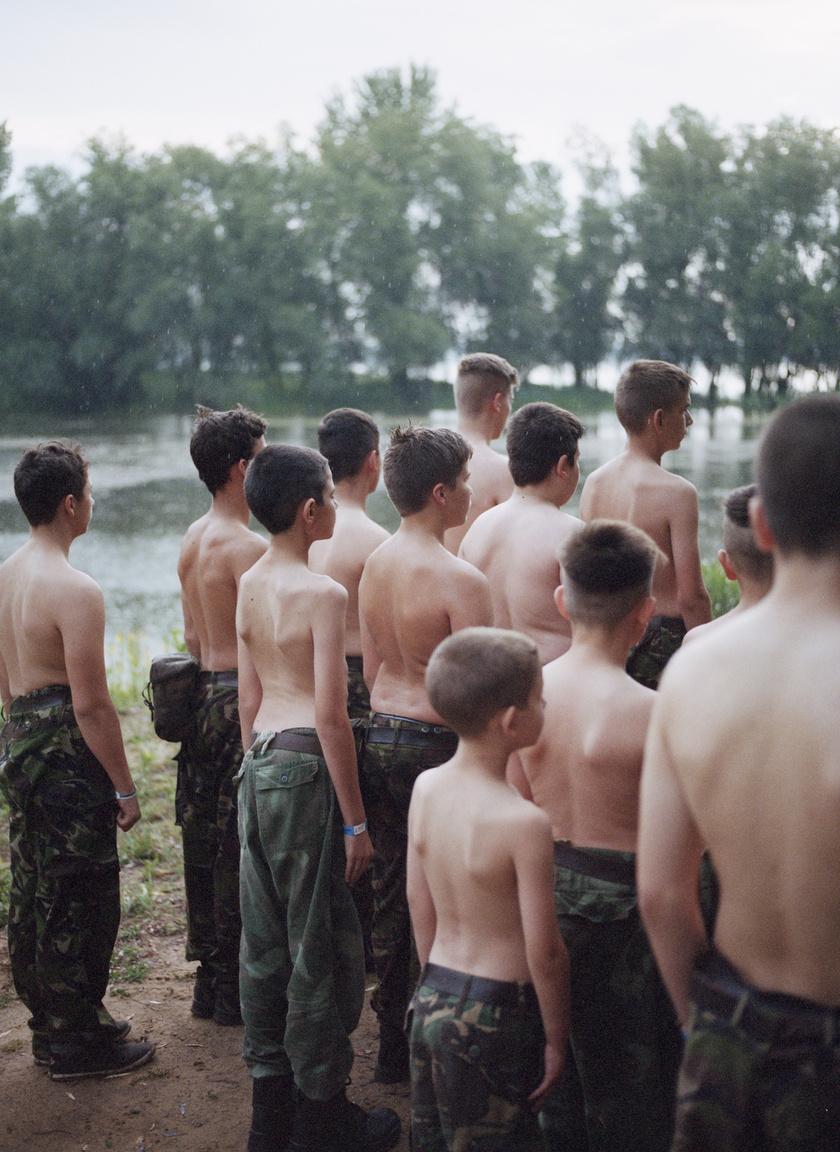 """""""Vannak, akik katonai családból jönnek, de végül közülük is kevesen lépnek erre a pályára. A számítógépes játékok szeretete miatt érkezőket valószínűleg pont az itt kapott élmény fogja ettől eltántorítani. Sokakat kétségbeesett szülők küldenek. Úgy érzik, képtelenek megnevelni gyerekeiket. Ők aztán rendre arról számolnak be, a táborban több figyelmet kaptak, mint otthon egy év alatt. És vannak, akik elképzelhetetlen szegénységből érkeznek. Nekik ez maga a barátság, az élet."""""""