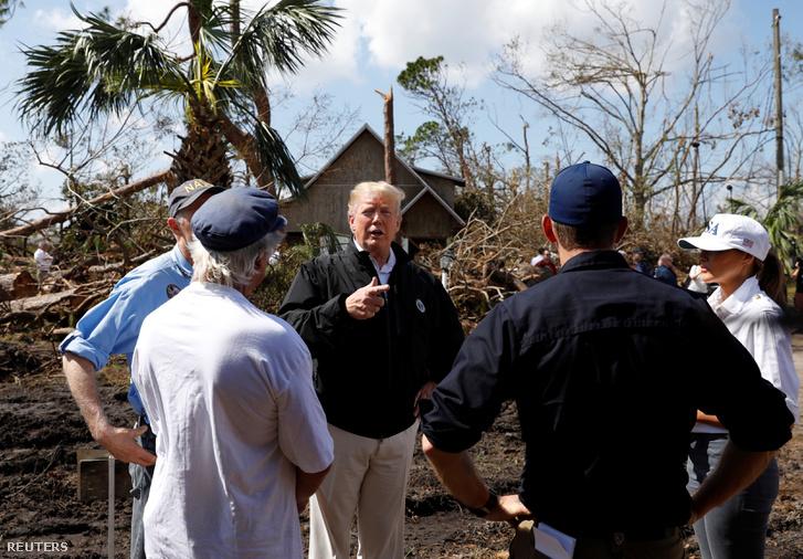 Donald Trump amerikai elnök és Melania Trump first lady látogatása a hurrikán által érintett floridai Lynn Havenben 2018. október 15-én.