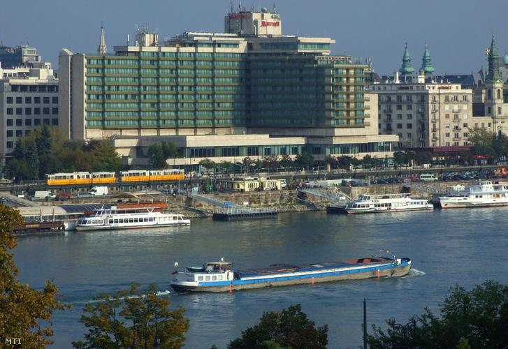 Motoros teheruszály úszik a Duna belvárosi folyószakaszán 2015-ben.