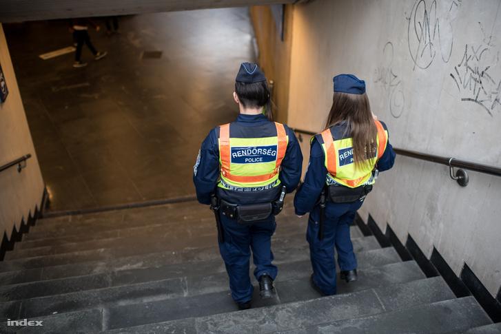 Az aluljárókban komoly rendőri készültség van.