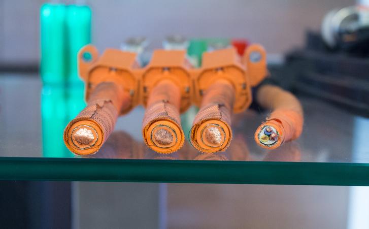 Egy beszédes darab az e-Up boncasztaláról. A bal oldali három vezeték az, amin a villanymotor felveszi az áramot. A jobb oldali, amin az akksi kapja a töltést
