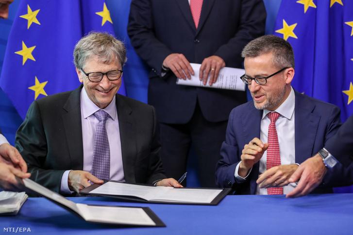 Bill Gates és Carlos Moedas aláírja a közös befektetési alap létrehozásáról szóló szerződést Brüsszelben 2018. október 17-én.