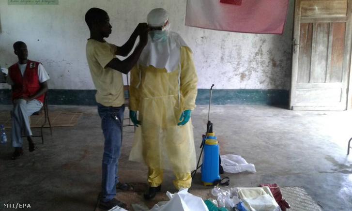 Ebolavírus elleni védõfelszerelésbe öltöztetnek egy egészségügyi dolgozót Bikoróban a Kongói Demokratikus Köztársaság nyugati határvárosában május 17-én. A WHO a napokban megemelte a közegészségügyi kockázat szintjét az afrikai országban ahol a betegség felütötte a fejét az 12 milliós Mbandaka városában is.