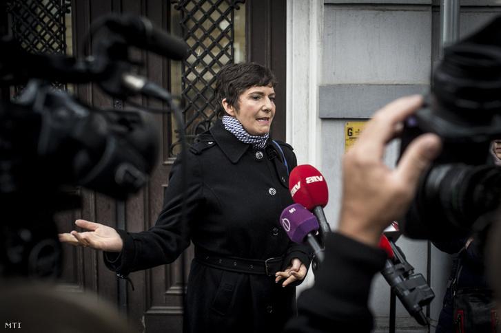 Dobrev Klára Gyurcsány Ferenc volt szocialista miniszterelnök felesége nyilatkozik a sajtónak a Nemzeti Adó- és Vámhivatal Dél-alföldi Bűnügyi Igazgatósága előtt Kecskeméten 2017. november 24-én.