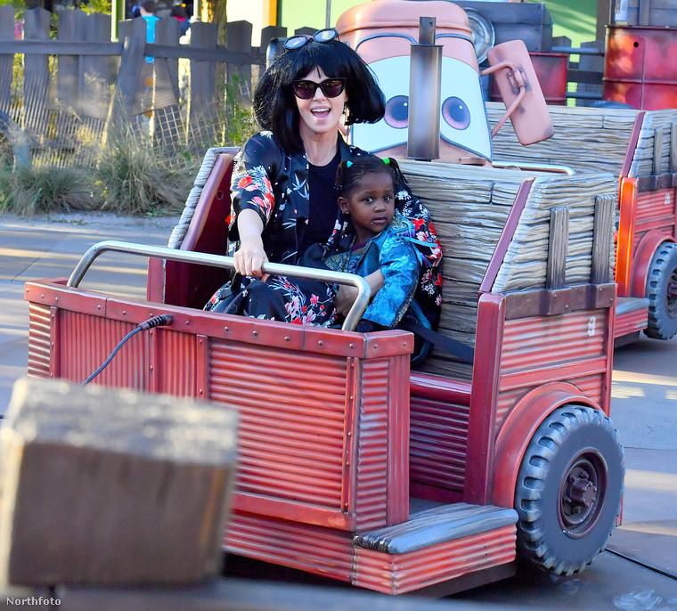 Theron a gyerekeit vitte Disneylanbe a héten, a kiruccanáshoz pedig álruhát öltött
