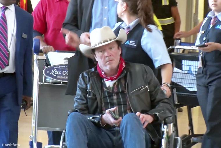 Nem úgy, mint 2013-ban, amikor ittas vezetés miatt rehabra küldték, vagy most, amikor egy ismeretlen nő tolta végig egy kerekesszékben a Los Angelesi repülőtéren
