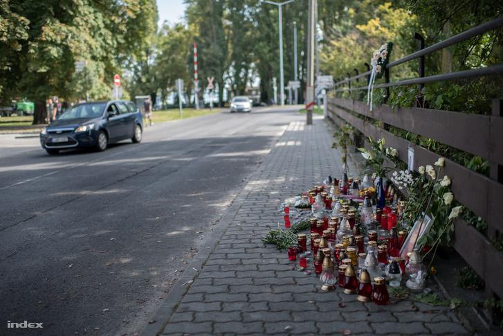 Az áldozat fényképe és járdára tett mécsesek emlékeztetik Badacsonyban az embereket arra, hogy múlt hétvégén két férfi agyonvert egy füredi borászt a város központjában 2018. szeptember 11-én