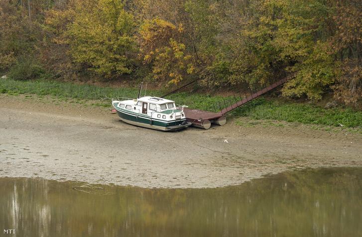 Megfeneklett hajó a Duna mellékágának árterében a felvidéki Medve határában 2018. október 16-án.