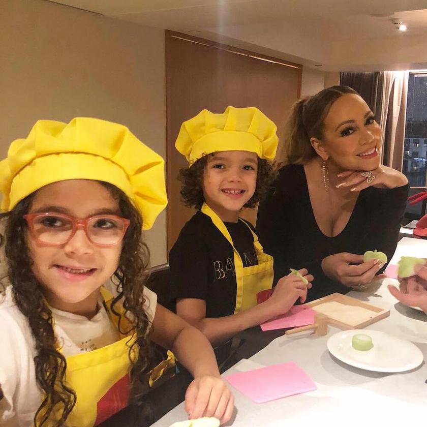 Gombócokat gyártottak a vacsorához az énekesnő kis séfjei.