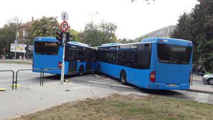 Összeütközött két busz a BAH-csomópontnál