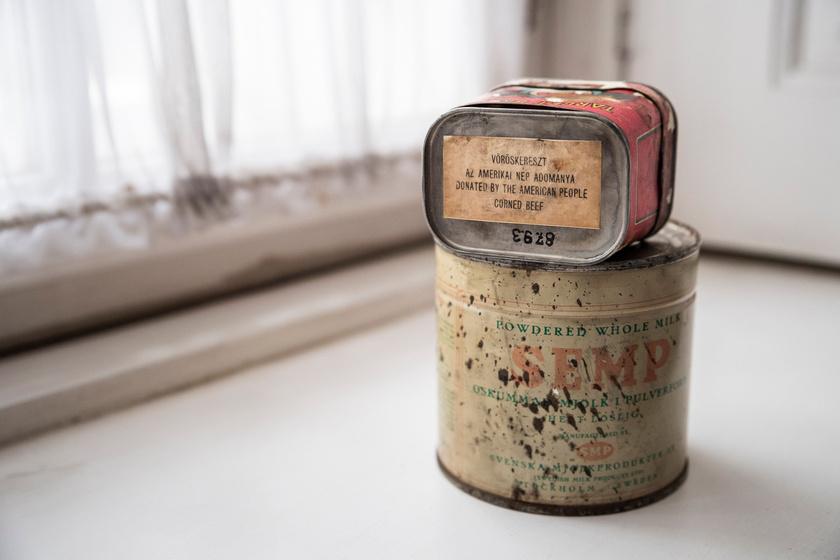 62 éve a felső dobozban húskonzerv, az alsóban tejpor volt.