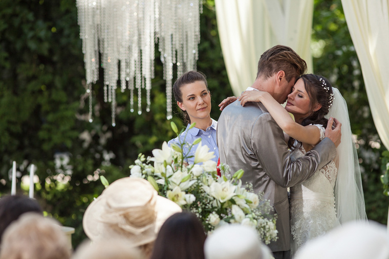 Radnay Csilla anyakönyvvezető szerepben az általa összeadott párok esküvőjén mindvégig a saját párkapcsolatával is szembesül