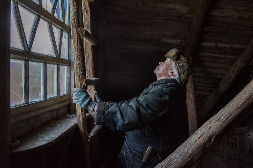 Lyuska, köszöni szépen, nem kér a modern civilizációból, ő tökéletesen jól érzi magát az aprócska faluban.