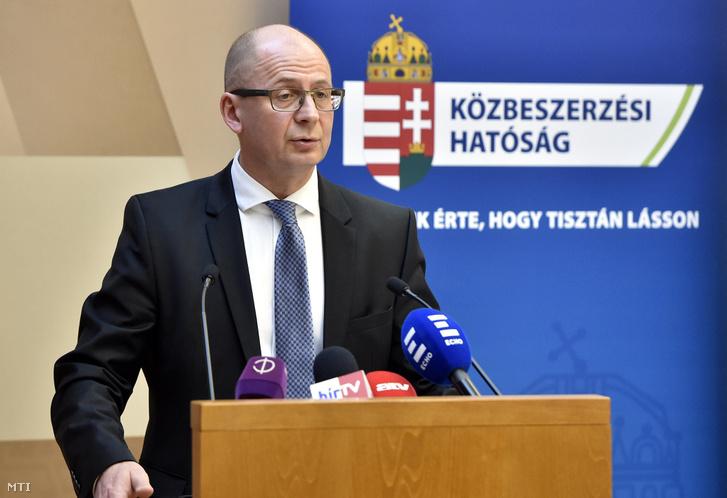 Rigó Csaba Balázs, a Közbeszerzési Hatóság elnöke az állami szervek korrupció elleni küzdelemben való együttműködéséről 2011-ben aláírt közös nyilatkozat hatodik évfordulója, valamint a korrupció elleni küzdelem december 9-i világnapja alkalmából tartott sajtótájékoztatón a Magyar Igazságügyi Akadémián 2017. december 11-én.