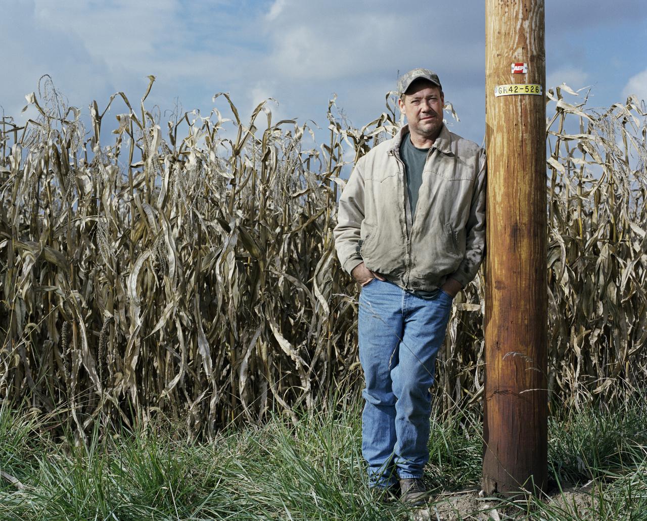 """A vetőmagokat évről évre a Monsantótól kell megvenni. """"A cég egy rendőrséggel felérő állományt tart fenn, akik az USA középnyugati részén pásztázzák a szántóföldeket, hogy kinél találnak a cég szabadalma alatt álló vetőmagokat."""" Márpedig a szél is hordhatja, akár egy madár is elhullajthatja a magot és ha lepottyant, alapja lehet a pernek. Troy Roush gazdálkodó 390 ezer dollárt költött ügyvédekre, mire bebizonyította, hogy nem kell fizetnie a Monsantónak az állítólag kimutatott DNS-nyomok alapján. A költséges procedúrát azonban sokan nem engedhetik meg maguknak és inkább belemennek, hogy a vetőmagot a Monsantótól vásárolják meg."""