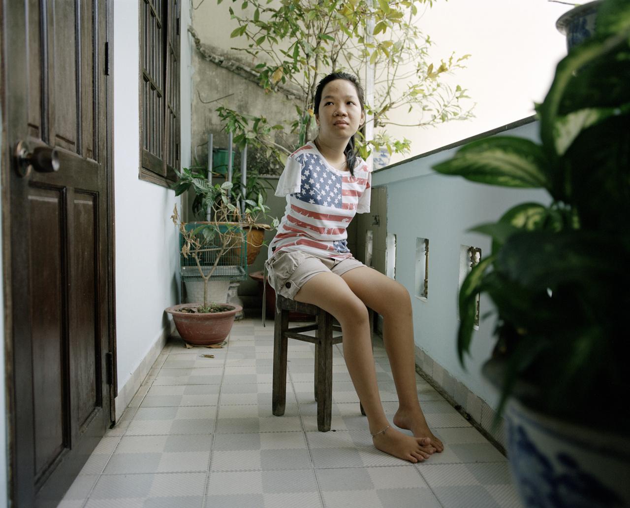 Thuy Lin 21 éves, ő az amerikai hadsereg által bevetett szert tartalmazó hordók színéről Agent Orange-nek nevezett méreg harmadik generációs áldozata: karok nélkül született. Befejezte a középiskolát, de továbbtanulása akadályokba ütközött, mert sokáig egyetlen egyetem sem akarta fogadni őt. Végül dizájnerként végzett, de egyelőre munkát keres Ho Si Minben.