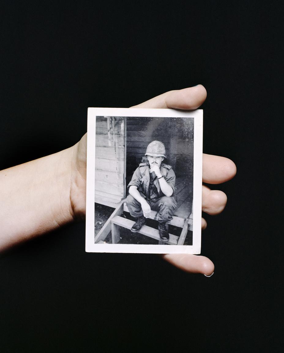 Heather Browser csonkát fejlődött kezében édesapja Vietnamban készült fényképe.