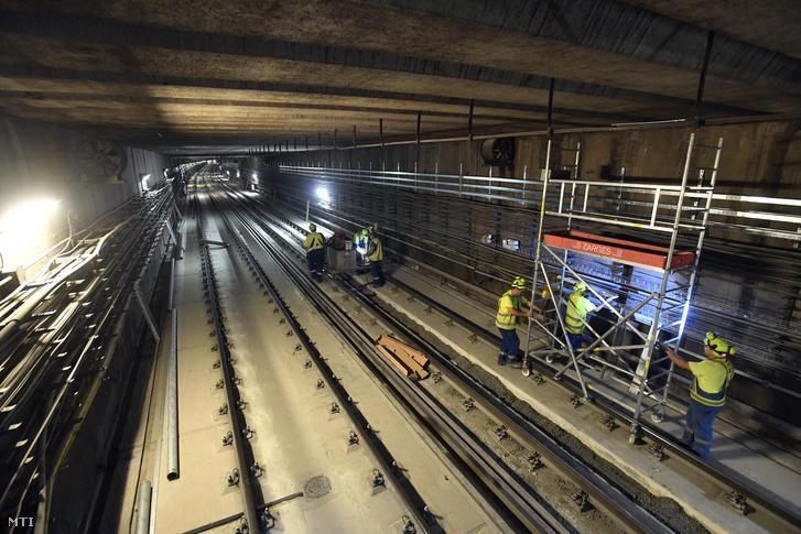 Munkások az M3-as metróvonal felújítás alatt lévő Újpest-városkapu és Gyöngyösi utca megállói között 2018. augusztus 30-án.