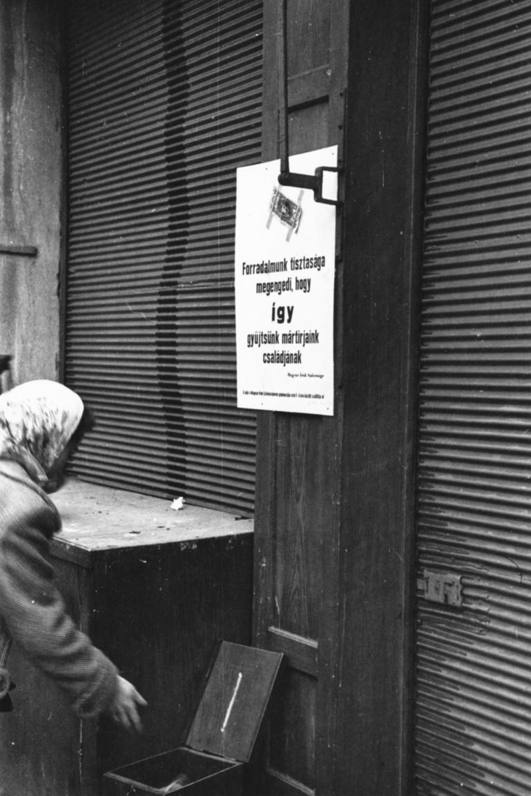 Budapest, ismeretlen helyszín. Örizetlen pénzgyűjtő láda a Magyar Írók Szövetsége égisze alatt szervezett utcai pénzgyűjtő akció részeként