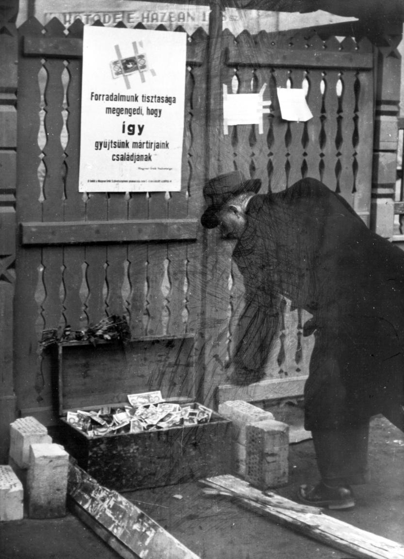 Budapest, VIII. kerület, Kálvin tér.                          Örizetlen pénzgyűjtő láda a Magyar Írók Szövetsége égisze alatt szervezett utcai pénzgyűjtő akció részeként, a Baross utca és a Múzeum utca közötti Sörkert kerítése előtt. A helyszínen ma irodaépület áll.