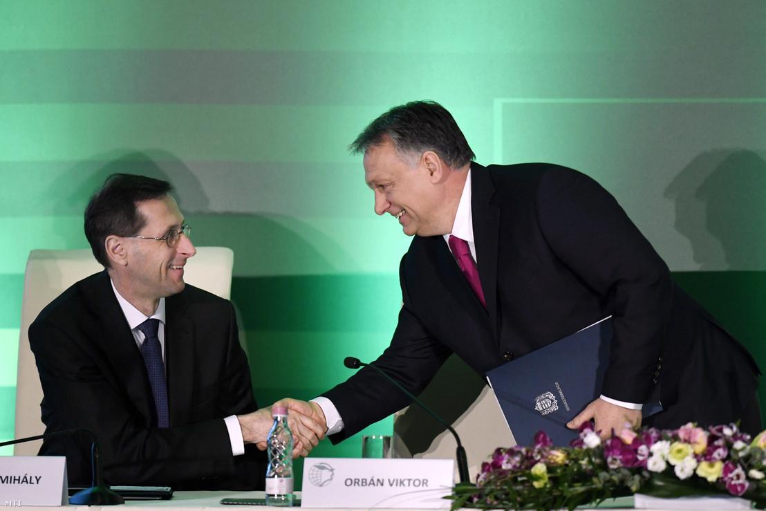 Varga Mihály nemzetgazdasági miniszter (b) és Orbán Viktor miniszterelnök kezet fog a Magyar Kereskedelmi és Iparkamara gazdasági évnyitóján a Boscolo Budapest szállodában 2018. március 6-án.
