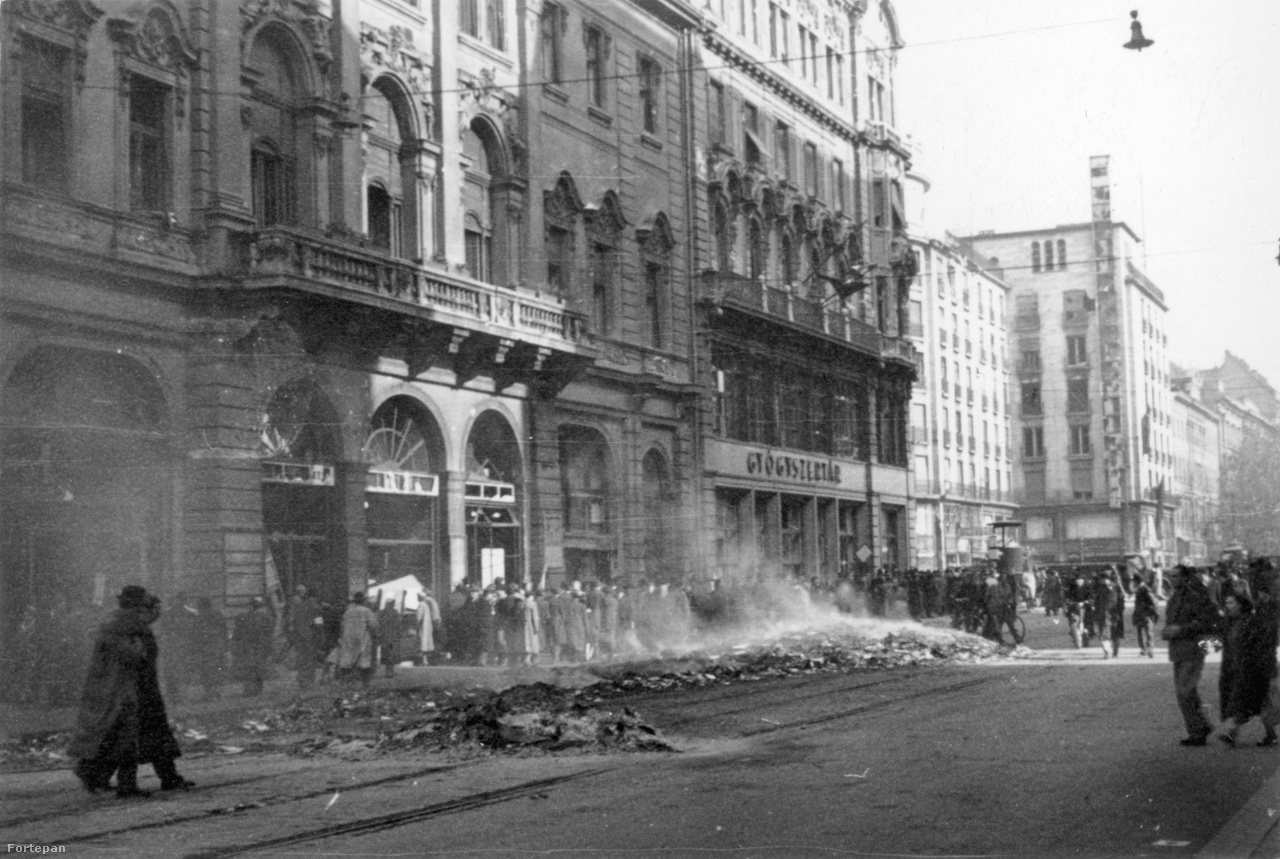 Az egykori Szovjet Kultúra Háza előtt az Astoriánál. A kirakatok betörve, a Kossuth Lajos utca villamossínein könyvégetés maradványai - az épületből kihordott propaganda és egyéb irodalom hamvai.