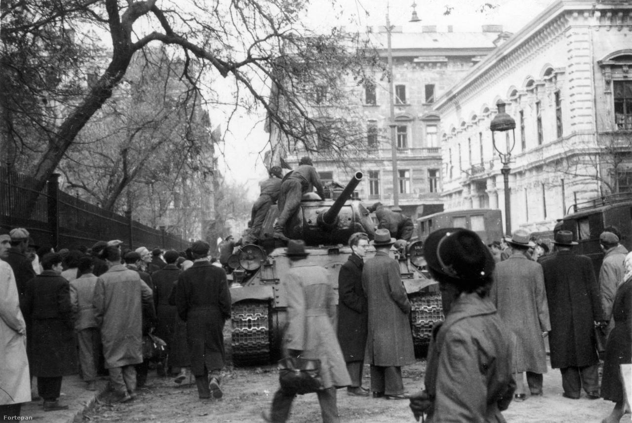 A Pollack Mihály téren, a Nemzeti Múzeum mögött, a Rádió épületénél. A fotó több, a sorozatban látható másik képhez hasonlóan október 30. körül készülhetett, abban a néhány napban, amikor a pesti utcán úgy tűnhetett: a forradalom valóban győzedelmeskedhet.