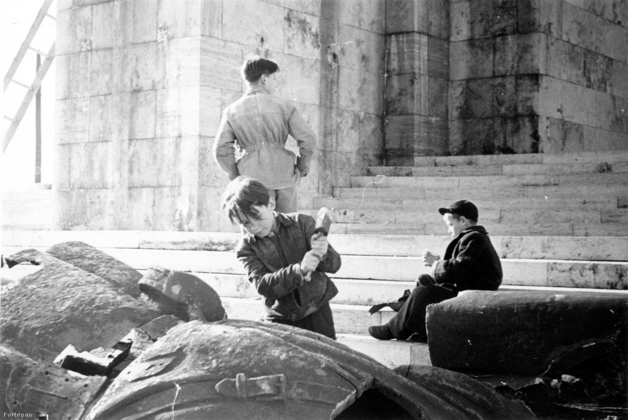 A szovjet katona túlméretezett szobrát kalapálja szét egy magyar kissrác a Citadellánál. Híradófelvétel is megörökítette, ahogy a gellérthegyi emlékműről sortűzzel szedik le a Rákosi-címert - a képrombolás forradalmi tett volt 1956-ban, és nem csak a Sztálin-szobornál.