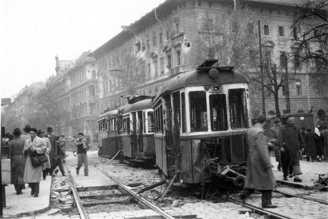 Kiégett villamos és barikádanyagként újrahasznosított kockakövek a József körúton, a Rákóczi térnél.