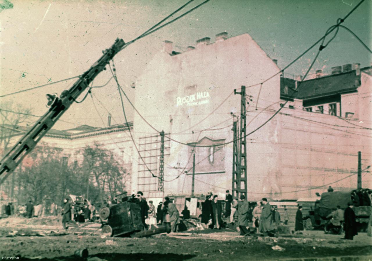 Ismét a Kálvinon, de már néhány nappal később: a vöröscsillagot időközben alpinista technikával eltüntették, és mintha a teherautót is elvitték volna. Fent a sok '56-os felvételen látható felirat: Ruszkik haza!