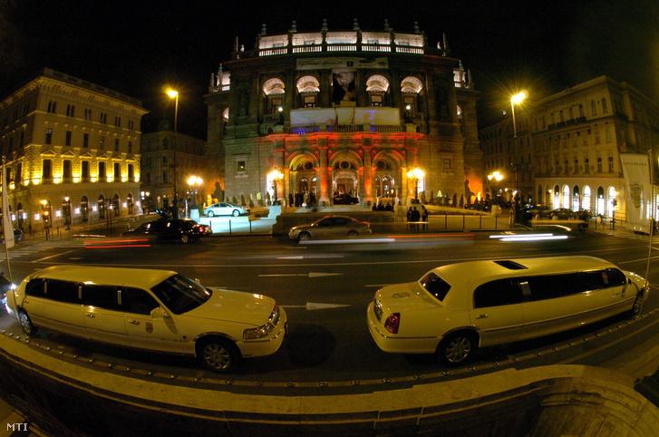 Limuzinok az Operaház elõtt
