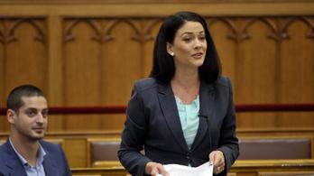 Demeter Márta újabb 300 kérdést ígér a honvédelmi miniszternek