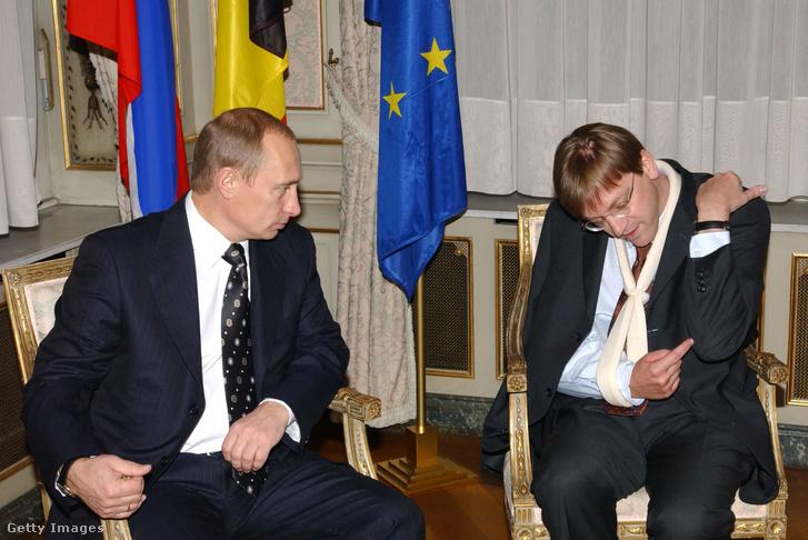 Guy Verhofstadt, Belgium miniszterelnöke Vlagyimir Putyin orosz elnökkel tartott találkozón 2002. november 12-én, magyarázza hogyan tört el a karja