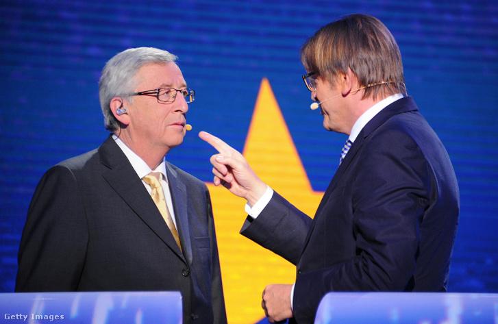 Jean-Claude Juncker és Guy Verhofstadt (jobbra) beszélgetnek az EU Bizottság elnökjelölti vitán Brüsszelben, 2014. május 15-én