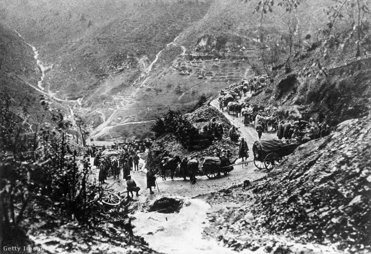 Az Osztrák-Magyar Monarchia katonái menetelnek a hegyek között Tolmein mellett.