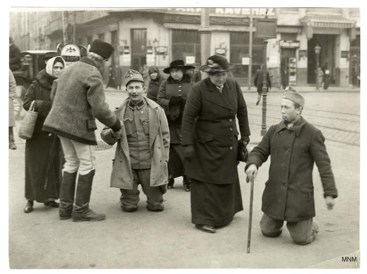 A láb elveszett, a lerongyolódott egyenruha megmaradt: hadirokkantak a pesti utcán.