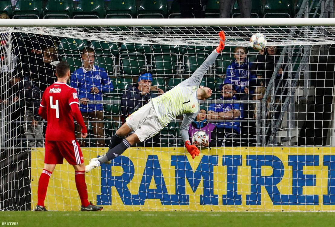 Gulácsi Péter nyújtózkodik Artur Pikk második gólja után, a 2018. október 15-i Észtország-Magyarország mérkőzésen