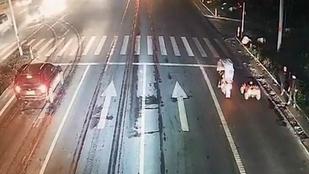 Kínai szülők behajtottak a forgalomba játékautót vezető fiukkal
