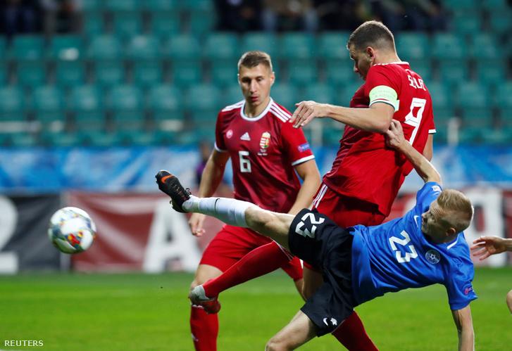 Szalai Ádám (b2) megszerzi a magyar válogatott második gólját Willi Orban (b) mellettÉsztország ellen október 15-én