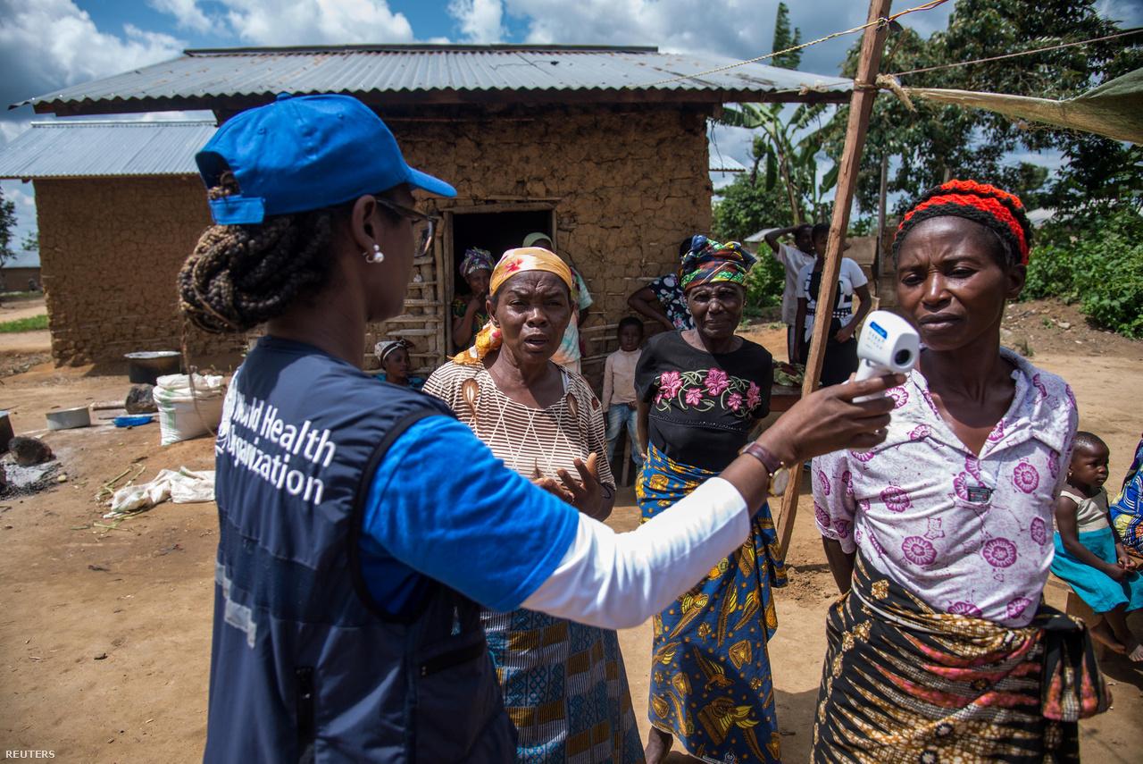 A WHO egyik munkatársa nyomoz lehetséges ebolás betegek után Manginában.A helyi egészségügyi hatóságok hétfőn jelentették be, hogy az ország történetének a legsúlyosabb ebolajárványa ellen küzdenek a Kongói Demokratikus Köztársaságban. A CNN szerint augusztus eleje óta közel 330 megerősített, vagy valószínű esetről tudni, és több mint 200-an belehaltak a betegségbe. A helyzet nem mérhető a 2014-es nyugat-afrikai járványhoz, amikor több mint 11 ezer ember halt meg Guineában, Libériában és Sierra Leonéban, azonban a Kongói DK-ban pont egy olyan területen terjed a betegség, ahol az állandó fegyveres harcok jelentősen nehezítik az ebola elleni küzdelmet.