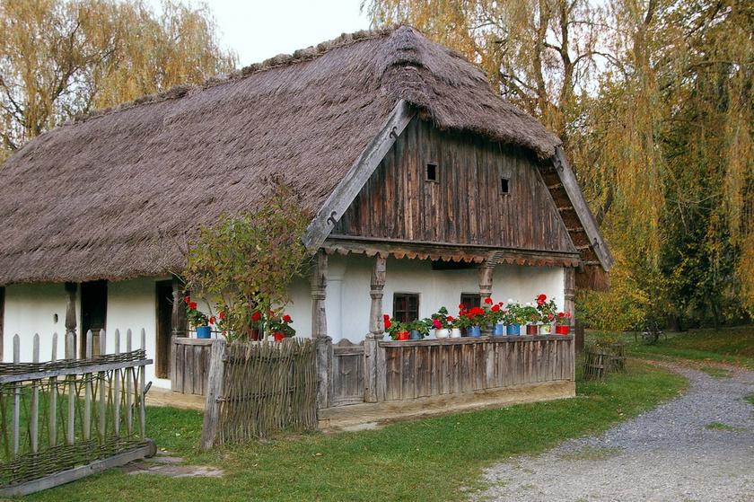 A szennai skanzen a dél-dunántúli népi építészet szép talpasházait örökíti meg. A gyűjtemény felépítésében építészek és néprajztörténész mellett idős falusiak és helyi mesteremberek vettek részt.