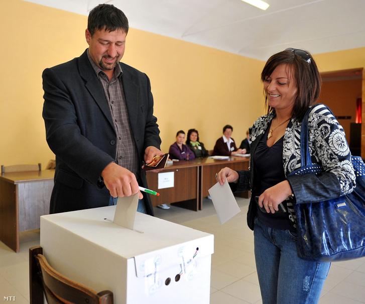 Simonka György, a Fidesz-KDNP egyéni képviselőjelöltje és felesége, Gábor Marianna leadja szavazatát Pusztaottlakán az 1-es számú szavazókörben a 2010-es országgyűlési választás második fordulójában.