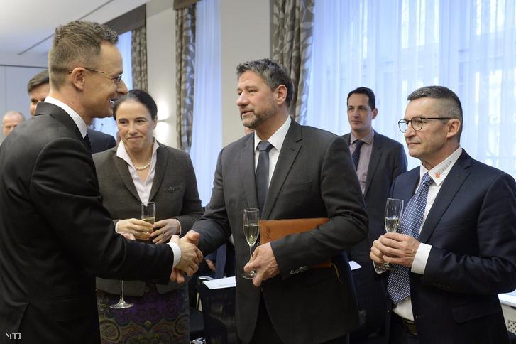 Szijjártó Péter külgazdasági és külügyminiszter (b) kezet fog Simonka Györggyel, a Fidesz Békés megye 4-es választókerületi, orosházi országgyűlési képviselőjével, balról Isabelle Poupart, Kanada budapesti nagykövete (b2), jobbról Havasi Csaba vezérigazgató (j) a Linamar Hungary Zrt. beruházását bejelentő sajtótájékoztatóján a Nemzeti Befektetési Ügynökség (Hungarian Investment Promotion Agency, HIPA) fővárosi székházában 2018. február 27-én.