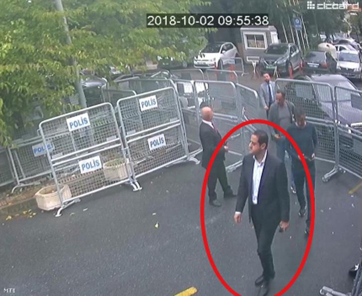 2018. október 2-án felügyeleti kamerával felvett videóról készített és a Sabah című kormánypárti török lap által 2018. október 18-án közreadott kép, amelyen a török hatóságok szerint Maher Abdel-Azíz Mutreb, a szaúd-arábiai trónörökös herceg testőrségének tagja Szaúd-Arábia isztambuli főkonzulátusára megy. Dzsamál Hasogdzsi szaúd-arábiai ellenzéki újságíró sorsa azóta ismeretlen, hogy október 2-án bement a szaúdi főkonzulátusra.