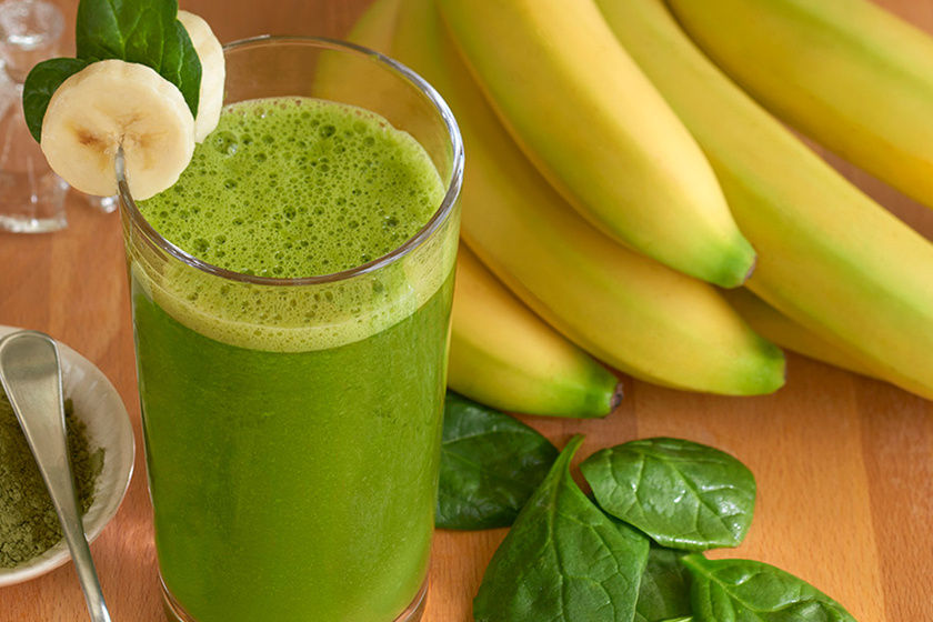 Turmixolj össze 250 milliliter vizet vagy kókusztejet, egy közepes banánt, fél teáskanál matchaport és két-három fodroskellevelet egy rostdús vitaminbombához. Utóbbit felhasználás előtt érdemes leforráznod, így kevésbé lesz roppanós.