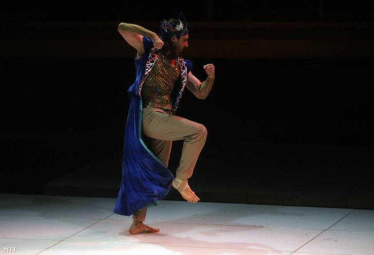 Apáti Bence a Fabáb szerepében Bartók Béla A fából faragott királyfi című táncjátékában, a Bartók Plussz Operafesztivál Bartók-maraton előadásán a Miskolci Jégcsarnokban 2016. június 11-én.