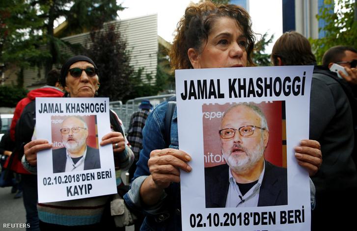 Emerjogi aktivisták tartják kezükben Dzsamal Hasogdzsi képét, a szaudi konzulátus előtti tüntetésen, Isztambulban 2018. október 9-én