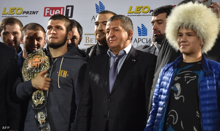 Habib Nurmagomedov kezében tartja az UFC könnyűsúlyú bajnoki övét, mellette édesapja Abdulmanap Nurmagomedov, Makaskalaban, 2018. október 8-án