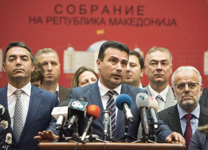 Zoran Zaev, macedón miniszterelnök, sajtótájékoztatót tart a névváltoztatás megszavazása után 2018. október 19-én Szkopjéban