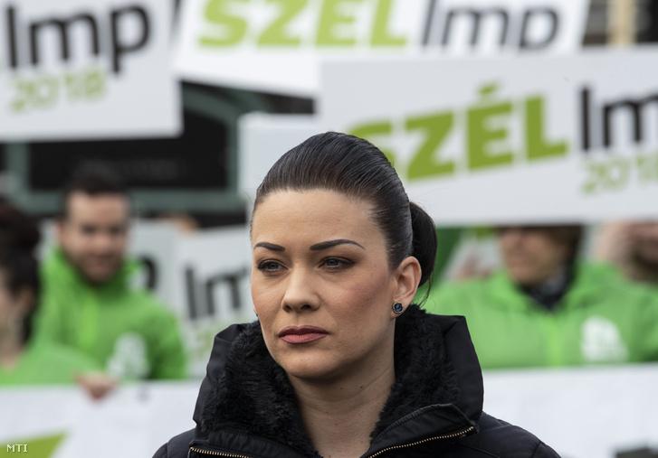 Demeter Márta, az LMP országgyűlési képviselője a párt Több nőt a politikába! című, utcai akcióval egybekötött sajtótájékoztatóján a budapesti Móricz Zsigmond körtéren 2018. április 5-én.